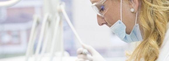 Czym zajmuje się implantologia