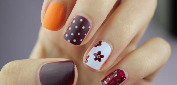 Jakie ozdoby na paznokciach są teraz modne?