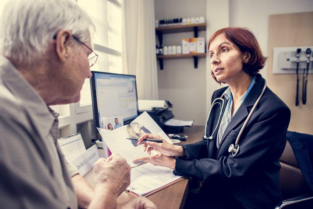 leczenie zaćmy ceny - mężczyzna u lekarza