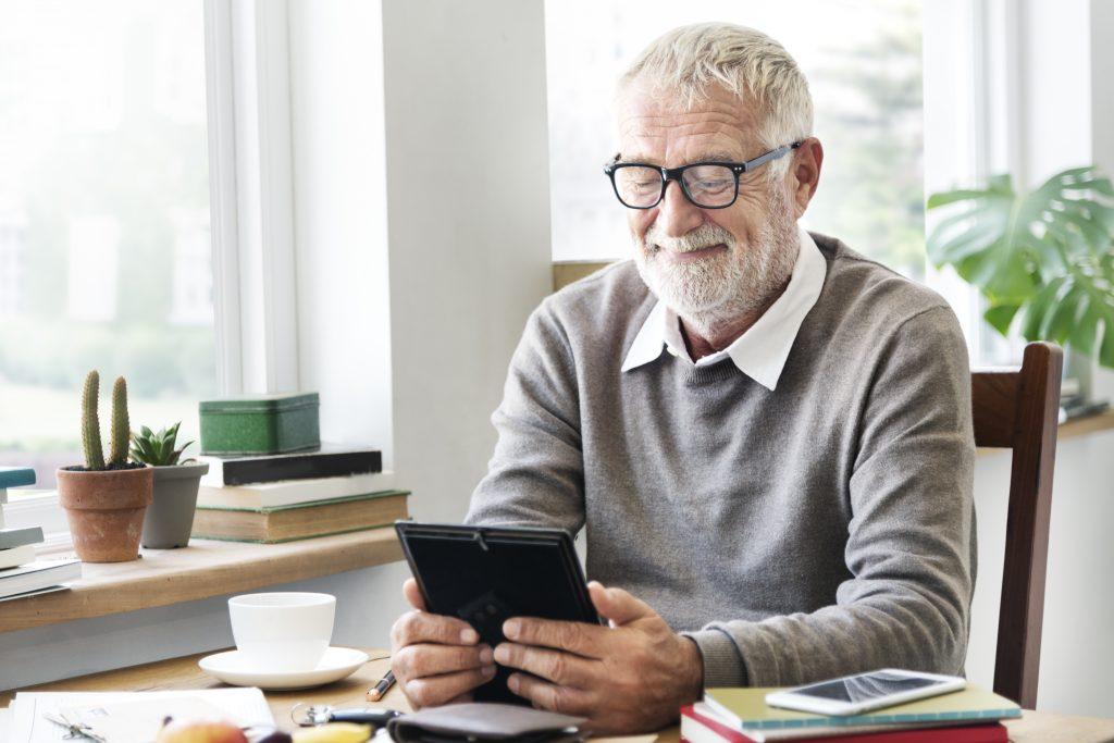 leczenie zaćmy ceny - mężczyzna w okularach